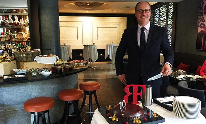 Frank Heller, General Manager des Luxushotels 'The Charles Hotel' und seit Mai 2017 neuer Regional Director Germany der Rocco Forte Hotels schnitt die Geburtstags-Torte an.