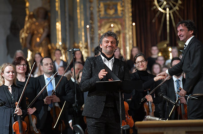 Star-Tenor Jonas Kaufmann beim BMW Advents-Benefizkonzert in der St. Michael Kirche. Fotocredit: Hannes Magerstaedt