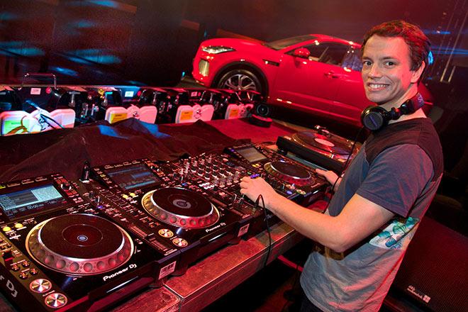 Frans Zimmer am DJ Pult direkt neben dem Jaguar E Pace. Fotocredit: