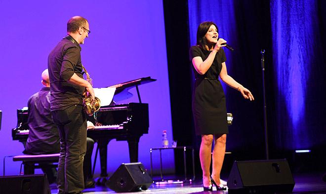 Jasmin Tabatabai begeisterte auf der Bühne als Sängerin bei den Jüdische Kulturtage
