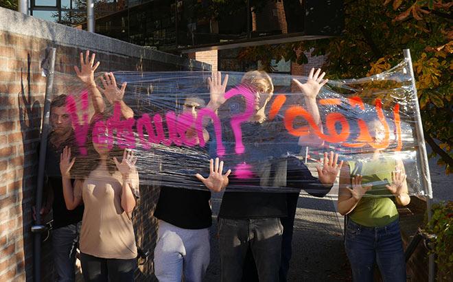 """Straßentheater-Projekt im GASTEIG am 17. November, 15.00 Uhrim Rahmen des Projekts """"Jahr des Vertrauens"""":""""KANN MAN HEUTE NOCH VERTRAUEN?"""""""
