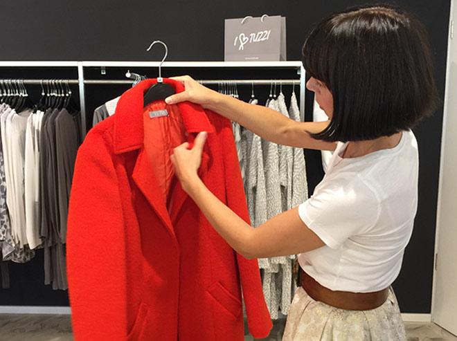 'Rot ist die Trendfarbe für diesen Winter', weiß Personal Shopper Bianca Steglich. Hier im TUZZI Shop bei Frank Walder in Parsdorf City