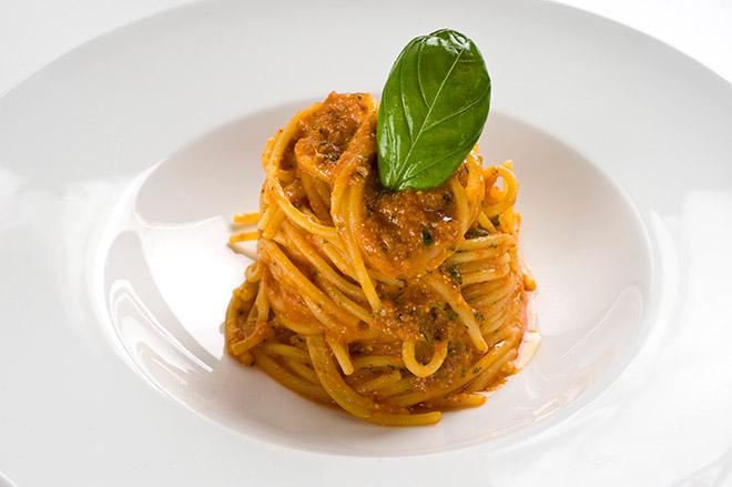 Spaghetti à la Pantesca mit Pacchinotomaten und Parmesan ist italienische küche pur!