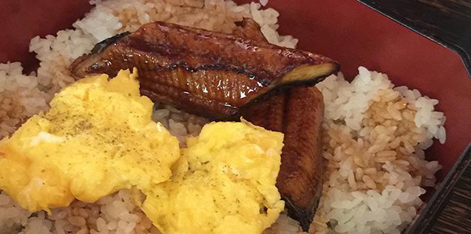 Unbedingt probieren, denn es schmeckt köstlich: Rührei mit Reis und Aalfilet. 'Unagi Domburi' ist ein Signature Gericht beim Sonntagsbrunch!