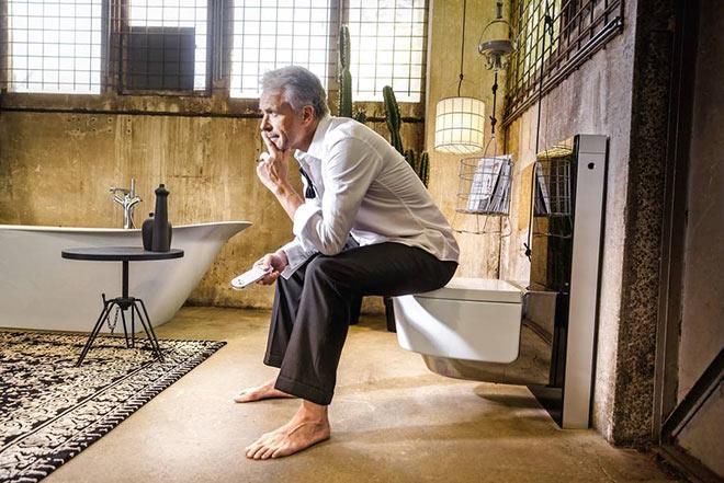 Männer verbringen mehr Zeit im Bad als gedacht - und lieben auch dort elektronische Gadgets, die Spaß machen und mehr Komfort bieten. Neue Technik im Badezimmer - Foto: djd/Geberit