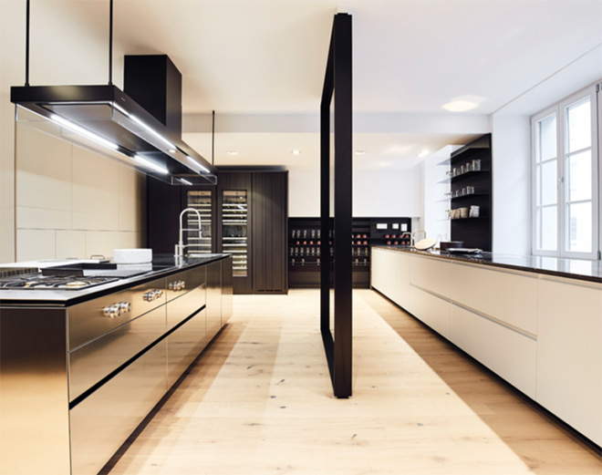 Zeitgenössisch, puristisch, elegant: Küche ARTEX (links) und Küche TRAIL im 1. OG vom neuen poliform