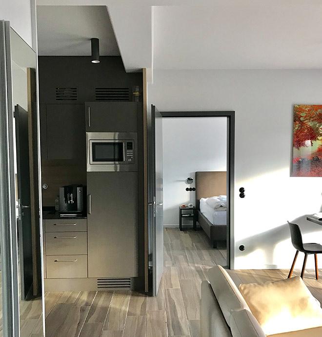 Ein kleiner Blick in Apartment Nr. 114: Loftartige Deckenhöhen fallen sofort auf. Was man hier nicht sieht: Mit der Fußbodenheizung kann man im Winter wärmen und im Sommer kühlen.