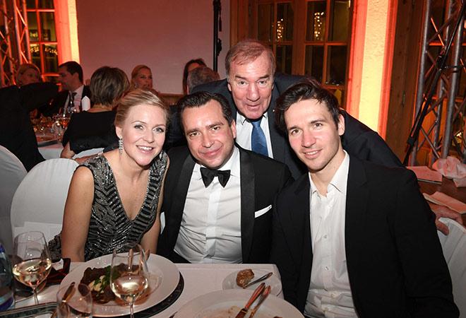 Falk Raudies mit Frau Andrea mit Felix Neureuther am Tisch. Frank Fleschenberg als Eagles Präsident war mit von der Party. Fotocredit: Wolfgang Breiteneicher, SchneiderPress