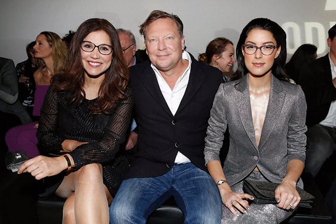Oliver Kastalio (CEO Rodenstock) mit Karen Webb und Model Rebecca Mir. Fotocredit: Franziska Krug, GettyImages