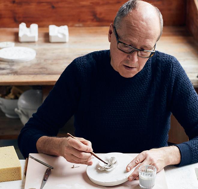 Seit 1976 arbeitet Porzellanmeister Anton Hörl für die Porzellan Manufaktur Nymphenburg. Fotocredit: Porzellan Manufaktur Nymphenburg