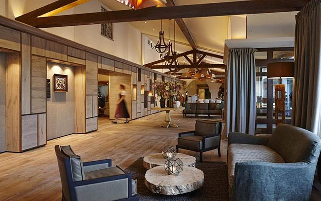 Hier trinkt man gerne seinen AfternoonTea: die neue Lobby des Alpenhof Murnau