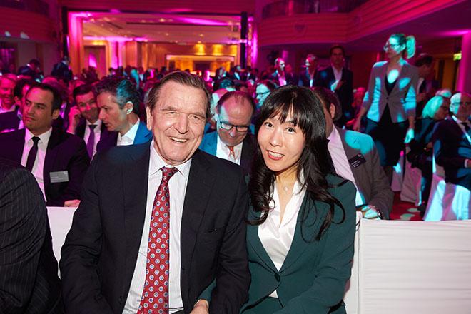Erster gemeinsamer Aufritt in München: Gerhard Schröder mit seiner neuen Lebensgefährtin. Fotocredit: Serviceplan