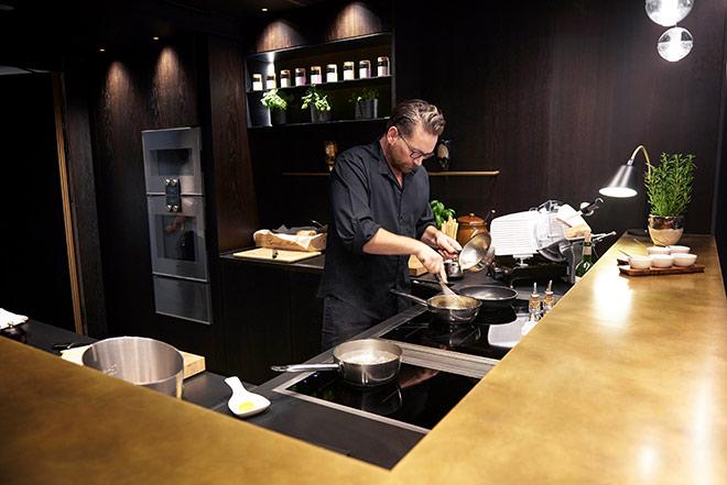 Daniel Campbell, der schnell vom Küchenchef zum Gastgeber geworden ist. Mit dem charmanten Küchenchef kann man auch auf den Viktualienmarkt einkaufen gehen.