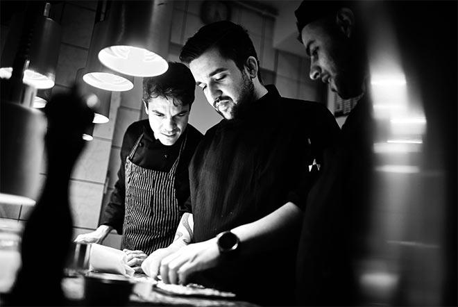 Sternekoch Dominik Käppeler vomRestaurant Showroom hat sich mit dem Thema Kaffee für ein Menü befasst! Fotocredit: Gaggenau