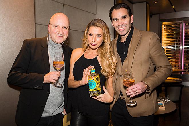 Gin-Sommelier Breitenbacher mit Gin-Fan Giulia Siegel und Emporio Armani Caffee Gastronom Wilhelmer. Fotocredit: STefan J. Wolf
