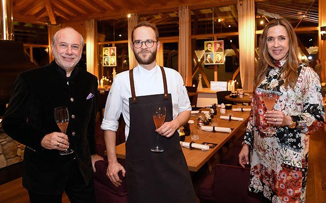Hoteliersfamilie Klaus Graf von Motlke mit Szene-Koch Manuel Schmuck, welcher die Gourmetrestaurant-Karte für zwei Monate bestimmt! Fotocredit: Thomas Plettenberg