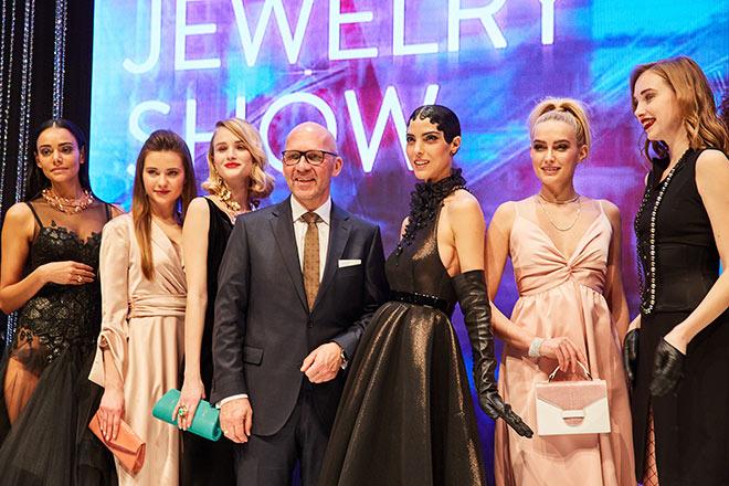 Messe-Chef Klaus Dittrich zwischen den Models der Inhorgenta-Opening-Show. Fotocredit: Anja Wechsler / Messe München