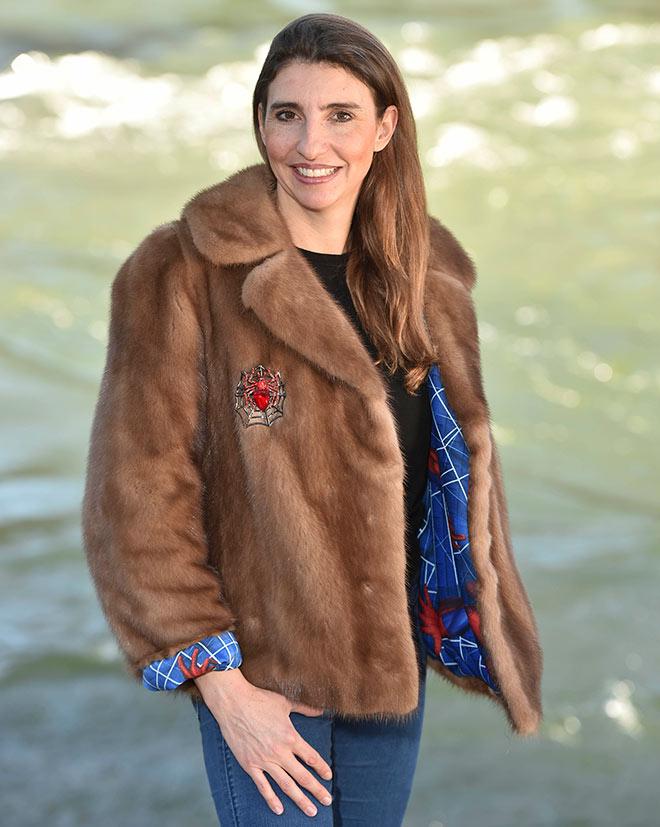 Designerin Christina Jäger in einer ihrer Vintage-Pelz-Kreationen. Fotocredit: Goran Nitschke, BrauerPhotos
