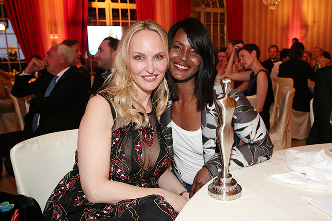 Gala-Chefredakteurin Anne-Meyer Minnemann mit Model Waris Dirie. Fotocredit: Gisela Schober, GettyImages