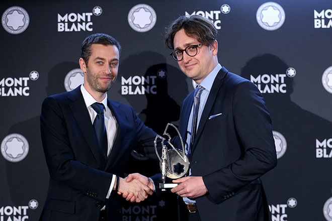 Vincent Montalescot (Executive Vice President Marketing von Montblanc) übergab den Kunstpreis an Jürgen Wesseler. Fotocredit: Gisela Schober, GettyImages