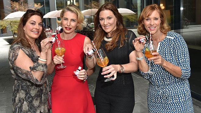 Probierten das neue In-Getränk 'Regulat Hyaluron Spritz' (v.l.n.r.): Julia Dahmen, Giulia Siegel, Simone Ballack und Carin C. Tietze
