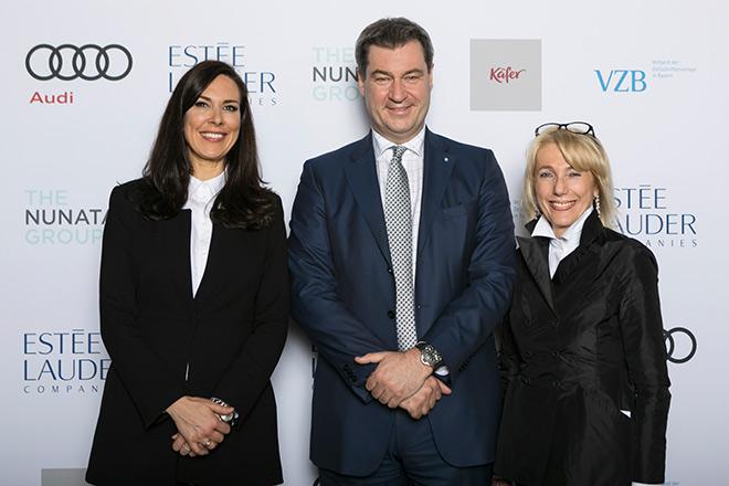 Der 'frisch gebackene' Bayerische Ministerpräsident Dr. Markus Söder hielt die Dinner Speech. Hier zwischen den VZB-Power-Frauen Anina Veigel und Waltraut von Mengden. Fotocredit: Bettina Theisinger für VZB