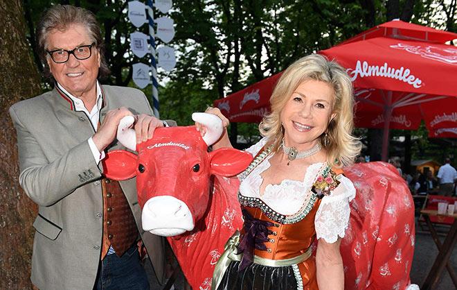 Marianne und Michael feierten mit und zeigten bereits die Trachten-Trends für 2018. Fotocredit: Wolfgang Breiteneicher, SchneiderPress