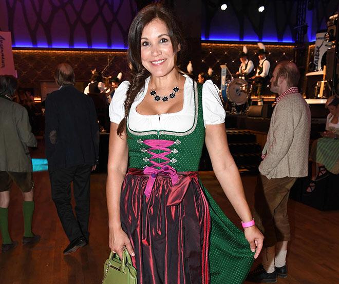 Moderatorin Karen Webb trägt gerne Dirndl schon im Mai! Fotocredit: Wolfgang Breiteneicher, SchneiderPress