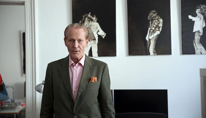 Kunstsammler Wolfgang Anselmino vor Florian Süssmayrs Serie Headbanger. Fotocredit: