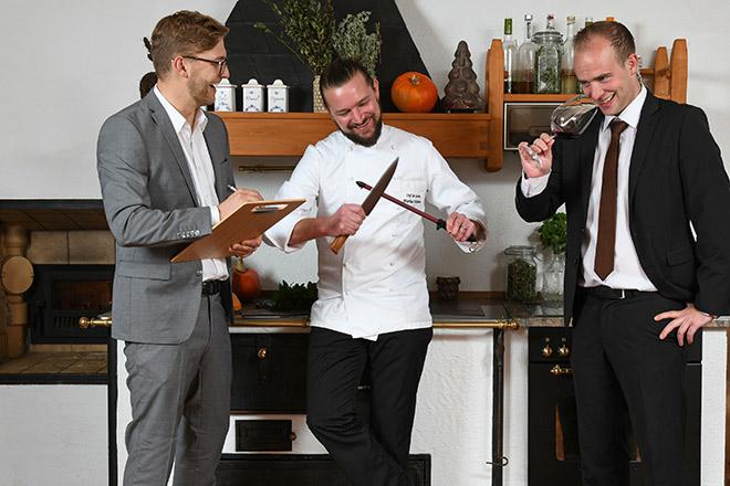Neue Gastro-Generation: Alpenrose Chef Stephan Mauracher mit Küchenchef Markus Heimann und Sommelier. Fotocredit: Bärbel Miebach