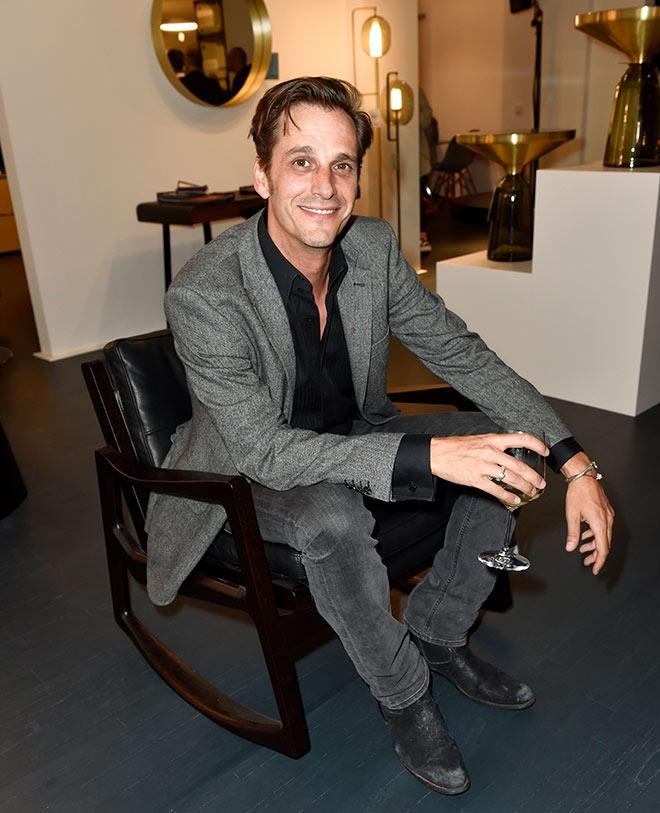 Max von Thun sitzt bequem im Designermöbel. Rechts im Bild: Der DesignerTisch vom Münchner Label ClassiCon. Fotocredit: Sabine Brauer, BrauerPhotos