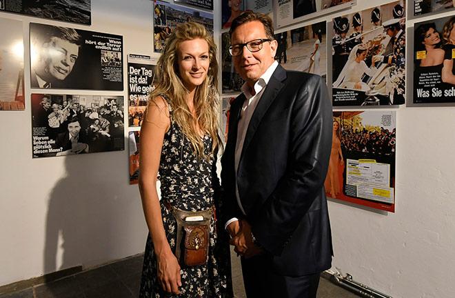 Bunte Chefredakteur Robert Pölzer mit Künstlerin Mia Florentine Weiss, von welcher das LOVE vor dem Siegestor stammt. Fotocredit: Daniel Grund