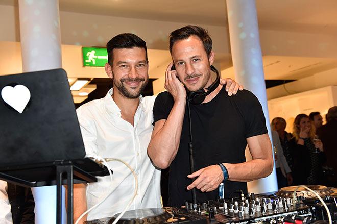DJ Petko mit DJ Nikias Hofmann. Fotocredit: Sabine Brauer, BrauerPhotos