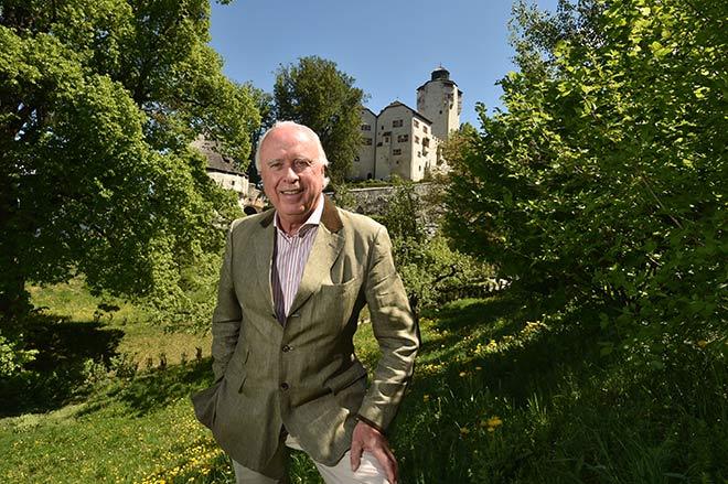 Graf Gaudenz Trapp vor seinem Schloss Friedberg