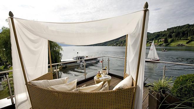 See-Blick von der Boothaus-Suite 'Riva'-Terrasse. Rechts neben dem Segelboot im See ist die Palmeninsel, wo man Dinieren kann. Fotocredit: Hotel Kollers