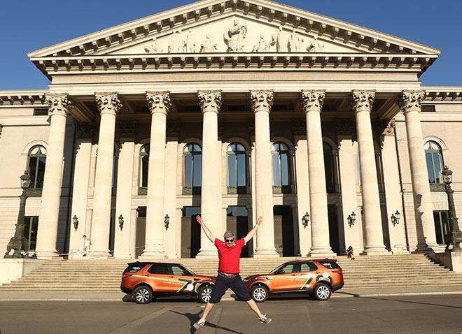 Abenteurer Sergey Dolya vor der Oper München. Fotocredit: Johann Sturz