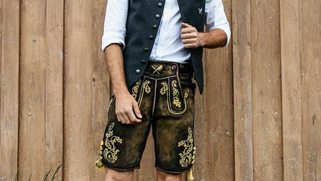Bei dieser Lederhose haben die beiden Münchner Marken Angermaier und distorted people für Trachten gemeinsame Sache gemacht!