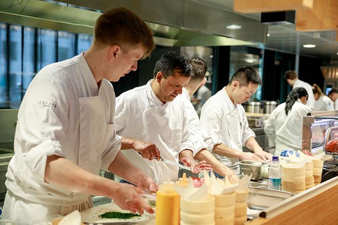 Brunch Vorbereitungen Küchencrew in Münchens neuem In-Restaurant IZAKAYA