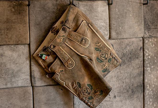 Platz für den Jägermeister! Pünktlich zum Oktoberfest präsentiert Meindl eine klassische Lederhose im coolen Jägermeister-Design.