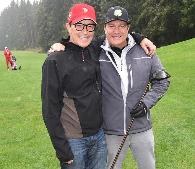 Golfer kennen kein schlechtes Wetter: Michael Roll mit Schauspieler-Kollege Francis Fulton-Smith. Fotocredit: Volker Dornberger