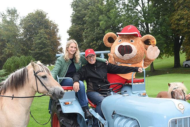 Claudia und Michael Roll mit Maskottchen Bolli Bär und Therapiepferd Herr Knuth. Fotocredit: Volker Dornberger