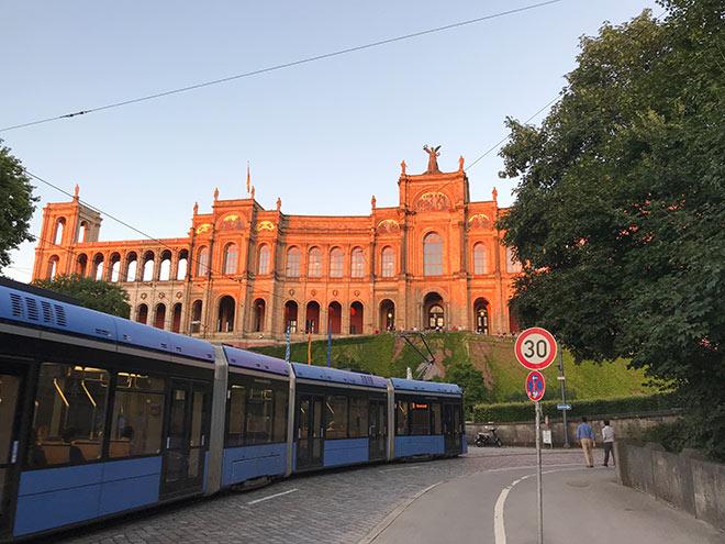 So charmant das Tram-Bahn-Fahren auch ist: die Straßenbahn gehört zu einem der langsamsten öffentlichen Fortbewegungsmittel Münchens! Wer es eilig hat nimmt lieber U- und S-Bahn.