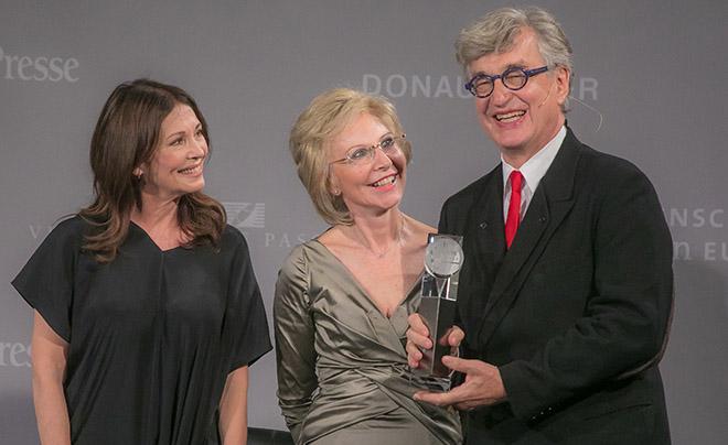 Iris Berben mit Verlegerin Angelika Diekmann und MiE Kunst Award Preisträger Wim Wenders. Fotocredit: Thomas Jäger