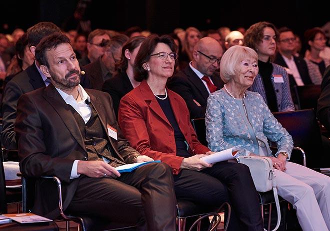 Prof. Dr. Dirk Funck (Beiratsvorsitzender Rid Stiftung), Michaela Pichlbauer (Vorständin Rid Stiftung) mit Helga Rid. Fotocredit: Jan Schmiedel