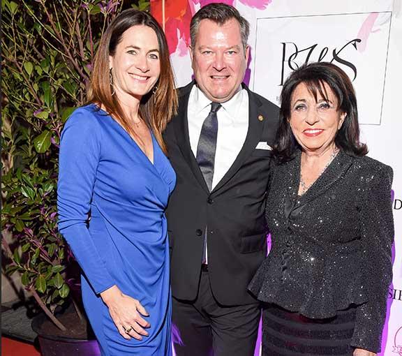 Beim Frauennetzwerk Award mit dabei: Bürgermeister-Ehepaar Schmidt mit BWS-Ehrenpreis-Trägerin Regine Sixt. Fotocredit: Goran Nitschke, BrauerPhotos