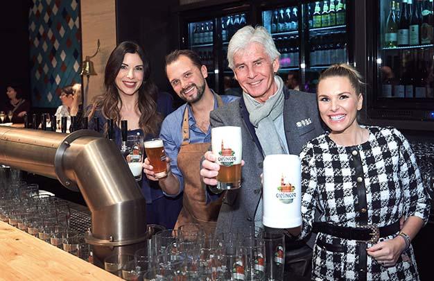 Exklusiv gibt es Giesinger Bier im Ausschank! v.l.n.r.: Alexandra Polzin, Felix Oberthür, Frederic Meissner und Alessandra Geissel. Fotocredit: Fabian Vogl