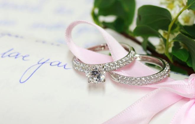 Hauseigene Designer entwerfen eigene Kollektion. Im Bild blinken Diamanten aus der exklusiven Wedding-Kollektion.