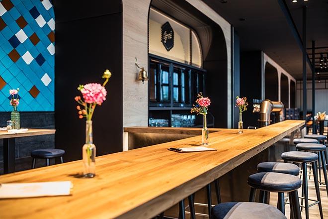 Auch am sieben Meter langen Tresen von Restaurant Irmi kann man gemütlich sitzen. Fotocredit: Gerrit Meier