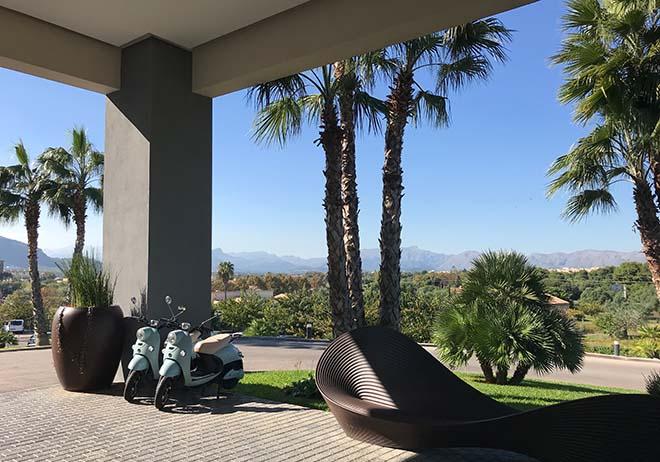 Das Zafiro Hotel liegt zentral im wunderschönen im Port d'Alcúdia. Zum Golfplatz 'Alcanada' sind es nur einige Auto-Minuten.