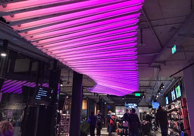 Erst seit ein paar Wochen ist das neue Sporthaus Schuster nach großem Umbau fertig. Der Münchner Licht-Designer Ingo Maurer hat diese Licht-Installation kreiert